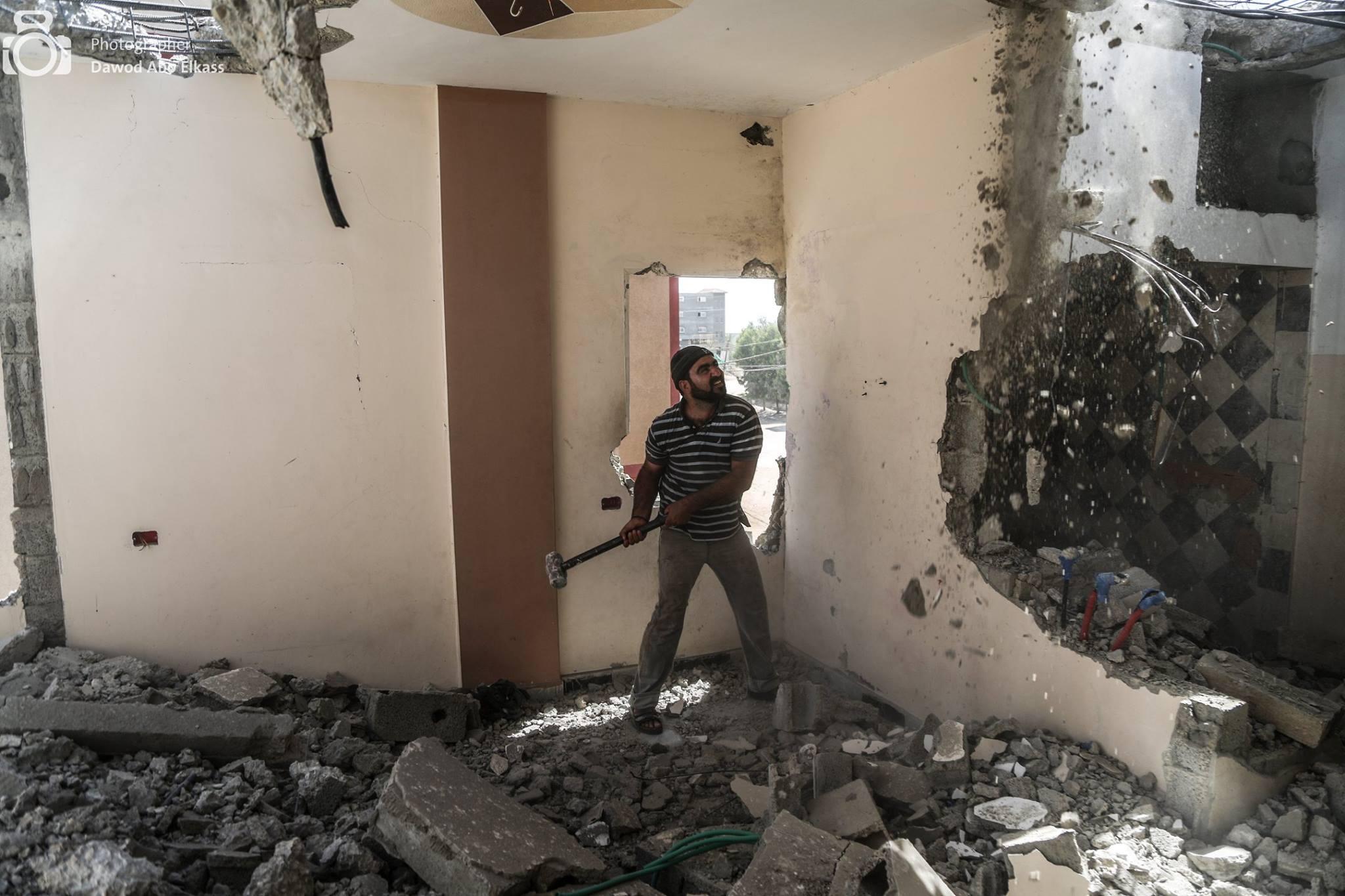 Lassés d'attendre, certains se lancent seuls dans des travaux de réparation (Photo : Dawod Abo Elkass)