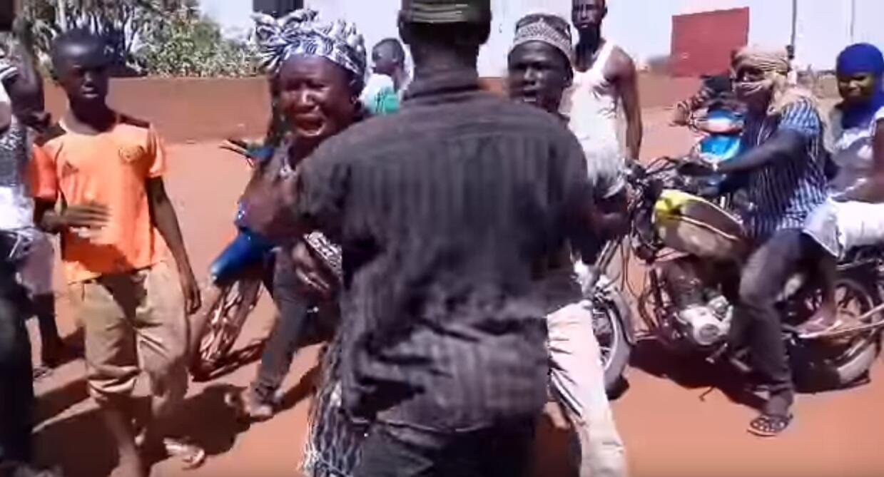 À Gao, une femme en pleurs après que la police a tiré sur des manifestants et touché un de ses proches. Capture d'écran vidéo ci-dessous.