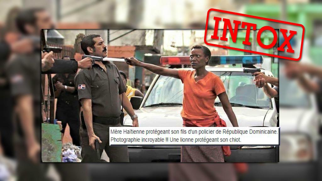 Cette photo circule massivement sur les réseaux sociaux, prétendant montrer une mère haïtienne menacer un policier dominicain qui met son fils en joue.