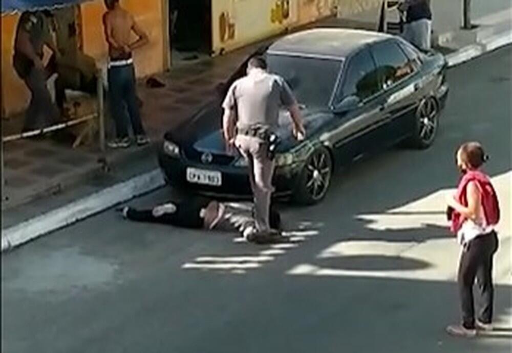 La vidéo de la scène, qui se déroule en mai dernier à São Paulo, a été diffusée dimanche 12 juillet par une émission de la TV Globo. Capture d'écran : images amateur / TV Globo.