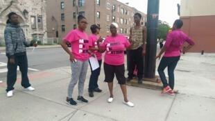 """Première """"patrouille"""" dans le quartier d'Englewood, à Chicago, le29 juin 2015. Photos publiées sur la page Facebook """"Mother Against Senseless Killings"""" (""""Mères contre les tueries insensées"""")."""