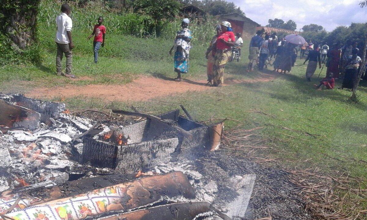 Des cercueils, offerts par les autorités d'Oicha à des familles de victimes tuées par une attaque armée en début de semaine, ont été brûlés par la population mécontente de cette offrande. Photo Josué Bashizi.