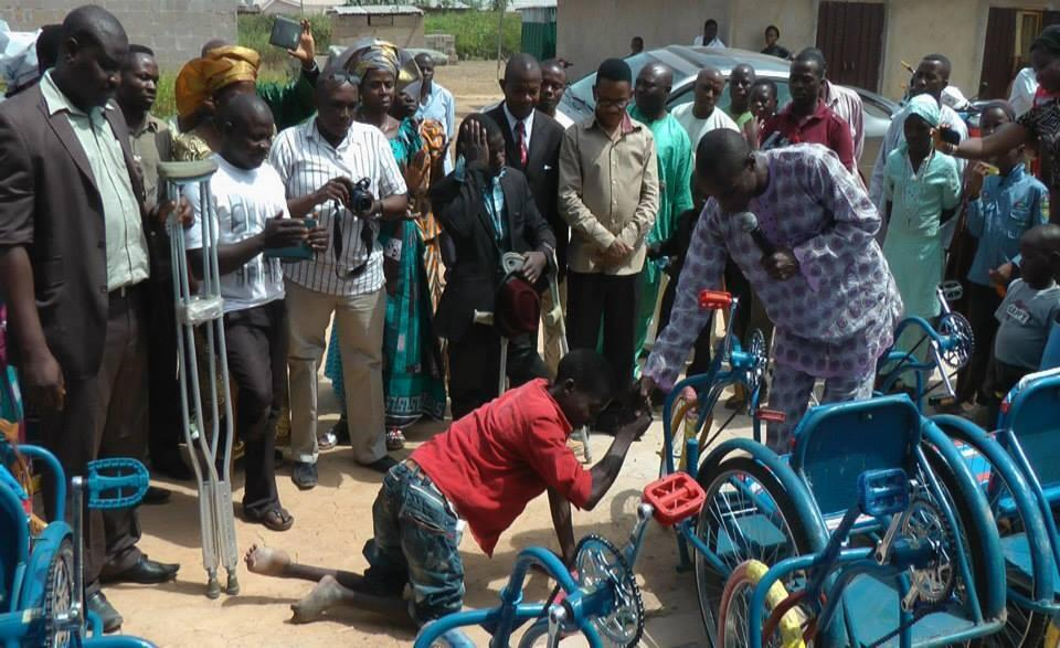 Un jeune survivant nigérian de la poliomyélite se fait offrir un fauteuil roulant. (Photo Facebook de Wheelchairs for Nigeria )