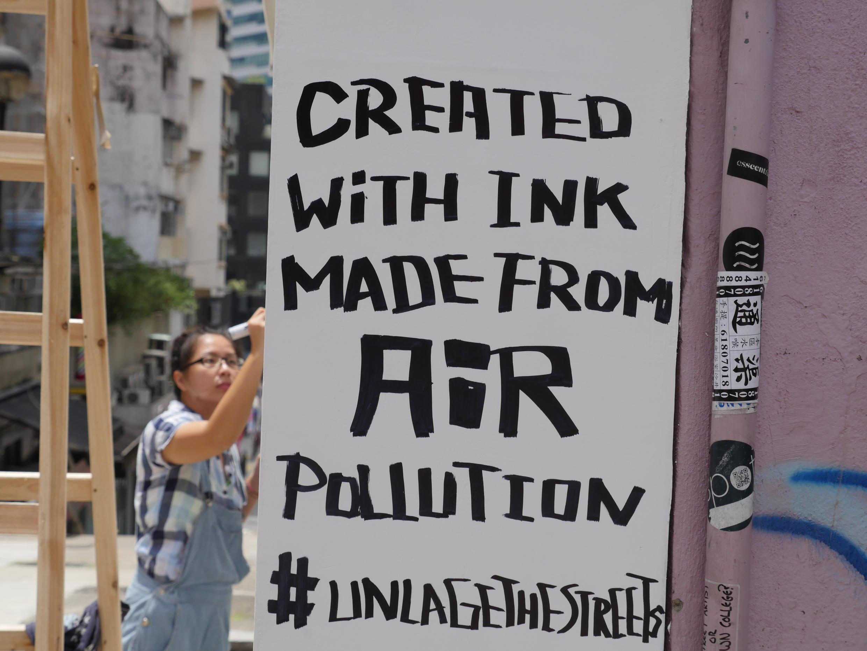 """""""Créé avec de l'encre fabriquée à partir de la pollution de l'air"""" : photo prise à Hong-Kong cette année. Toutes les images ont été fournies par Anirudh Sharma."""