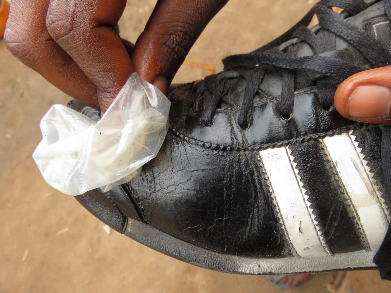 Des préservatifs sont utilisés dans la région de Rutshuru, en RDC, pour nettoyer des chaussures. Photos Joseph Tsongo.