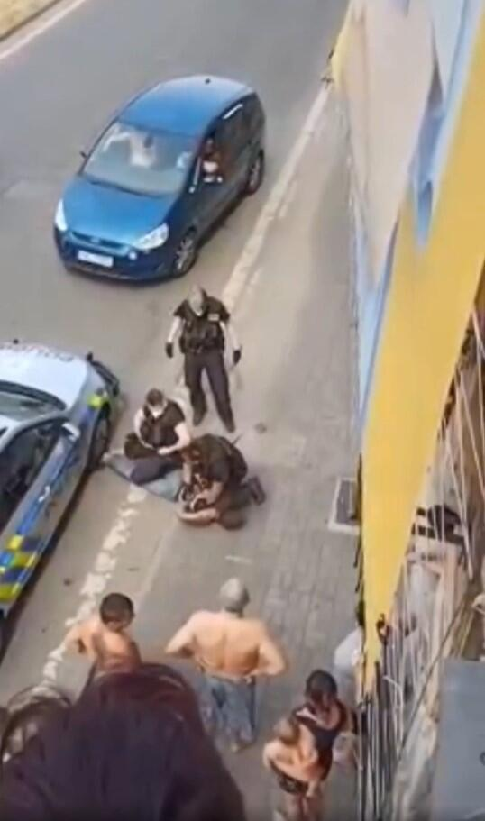 Un groupe de trois policiers interpelle Stanislas Tomas, le 19 juin 2021 à Teplice (coordonnées : 50.645621, 13.821549).