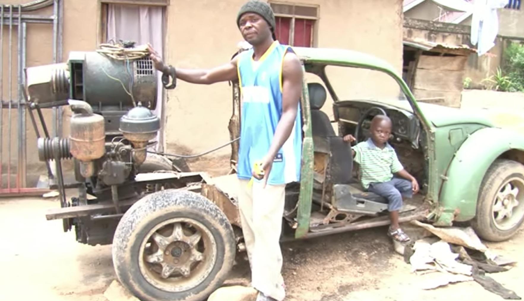 """Manacé Kipesi a inventé un """"garage mobile"""" muni d'un générateur pour dépanner les habitants de Béni. Crédit : Alain Wandimoyi."""