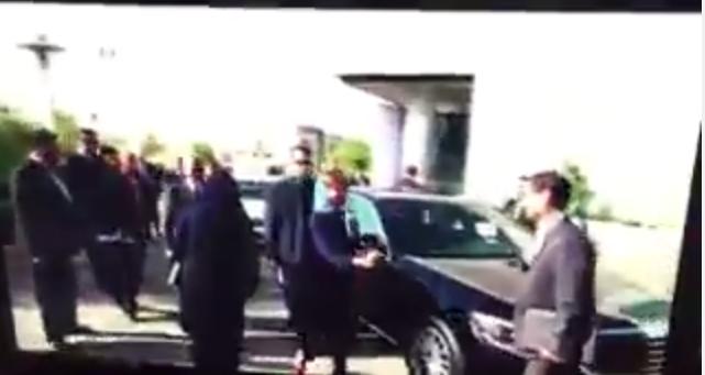 Ségolène Royal tendant la main à un responsable iranien, alors que les contacts physiques entre hommes et femmes sont interdits en Iran.
