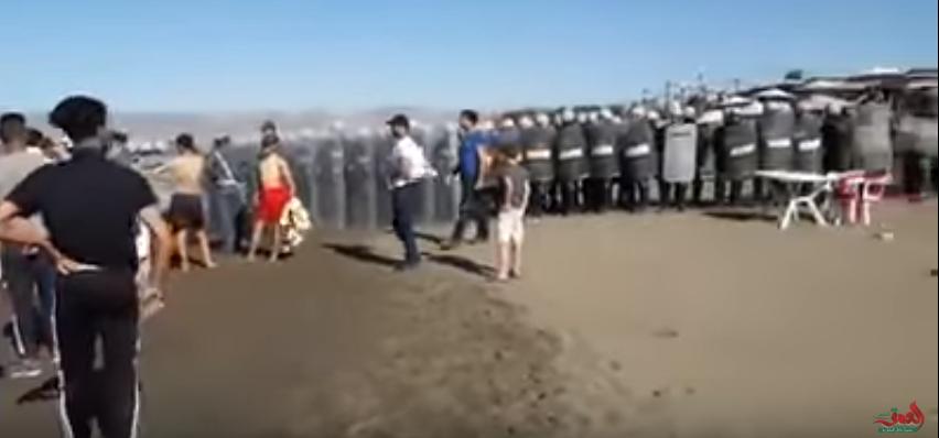 Capture d'écran montrant des activistes d'Al-Hoceïma manifester sur une plage.