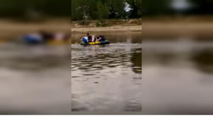 Inflatable lifeboat holding refugees, on the Evros river that flows between Turkey and Greece. Video sent by our Observer.