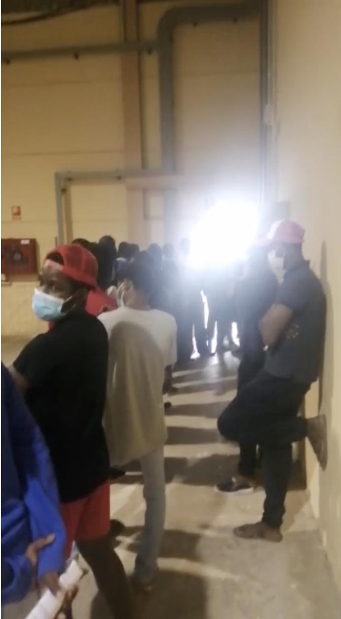 Des migrants attendent de faire un test PCR dans le centre de quarantaine de l'île de Fuerteventura, le 11 mai 2021.