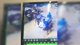 Capture d'écran d'une vidéo publiée jeudi 28 septembre sur les réseaux sociaux. Elle montre plusieurs jeunes hommes armés de machettes dans le quartier d'Adjamé, à Abidjan.