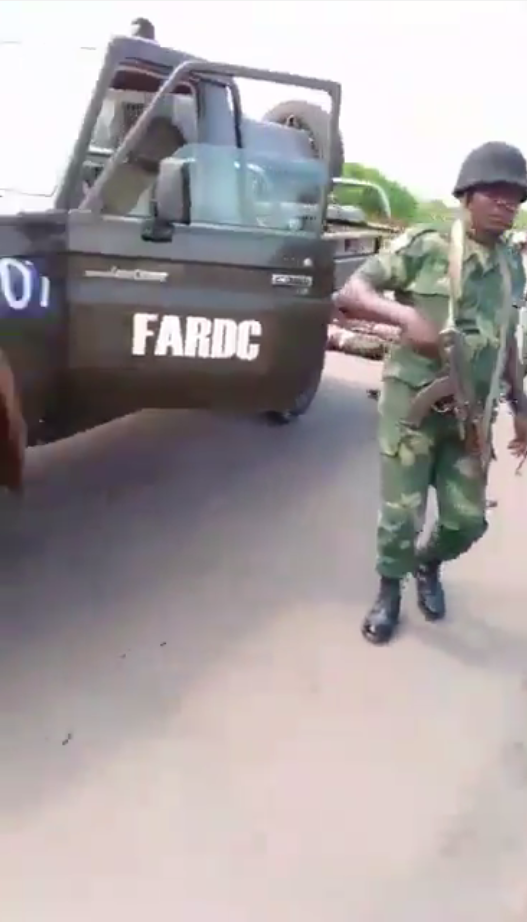 Sur la portière on distingue clairement le sigle des forces armées de la République démocratique du Congo.