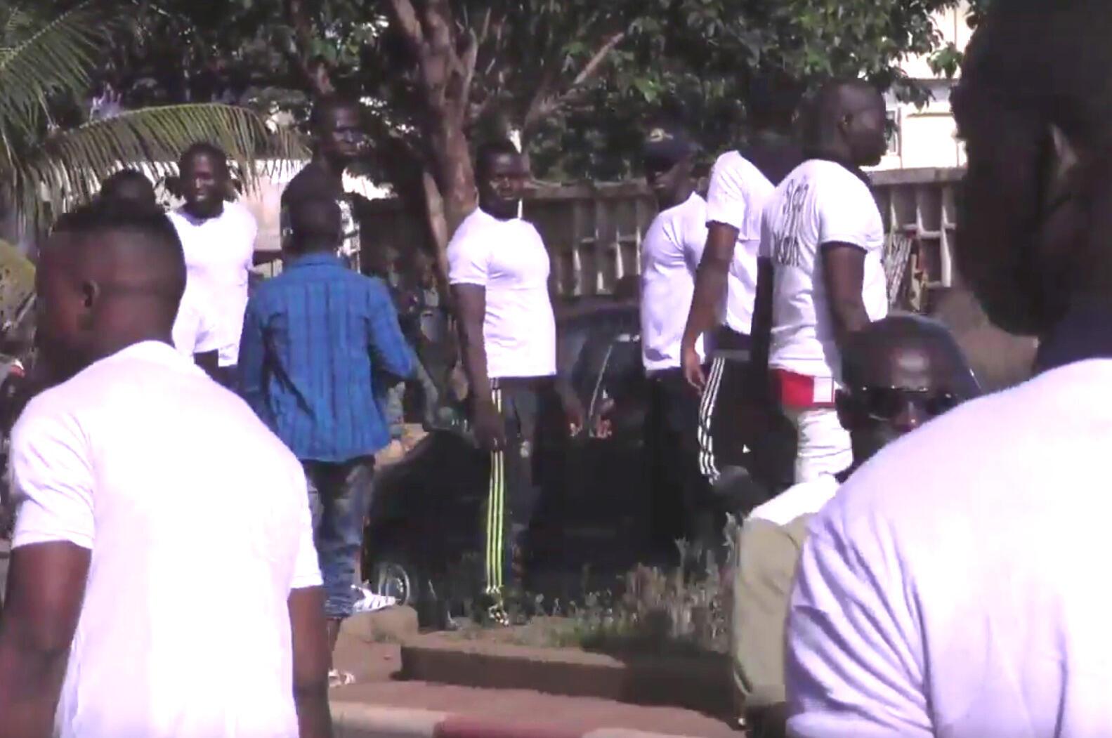 Des hommes en T-shirt blancs, plutôt musclés, ont empêché la tenue d'une manifestation contre l'ORTM, la télévision d'état malienne le 19 juillet. Capture d'écran vidéo Anthony Fouchard.