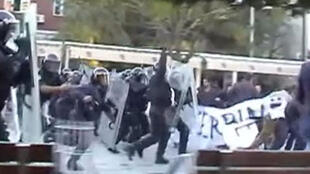 Charge de la police lors de la manifestation du parti Autodétermiantion à Pristina le 22 octobre 2012.