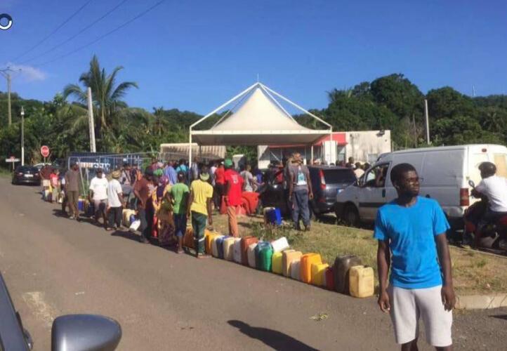 """File d'attente pour du gasoil à Chirongui, à Mayotte, lundi 20 mars. (Photo partagée sur le groupe Facebook """"Infos Routes Mayotte"""")."""
