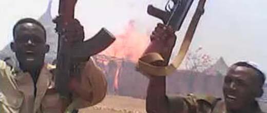 Soldats soudanais célébrant la destruction d'un village. Image issue de la vidéo de notre Observateur.