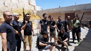 Un  groupe de touristes chinois pendant leur entraînement chez Caliber 3.