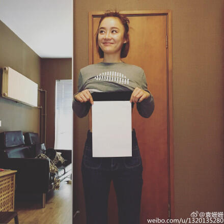 Une utilisatrice de Weibo montre que sa taille est moins large qu'une feuille A4.