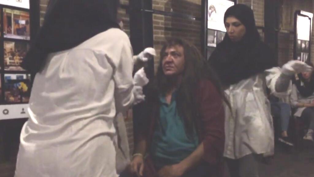 Capture d'écran d'une vidéo de la performance de la troupe de Saman Arastou dans un café de Téhéran