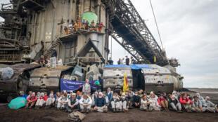 Les activistes au pied de l'une des excavatrices de la mine de Garzweiler. Photo : Paul Wagner pour 350.org