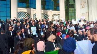 Rassemblement d'avocats devant la cour de justice d'Oran, lundi 11 mars. Photo transmise par notre Observateur Nadjib B.
