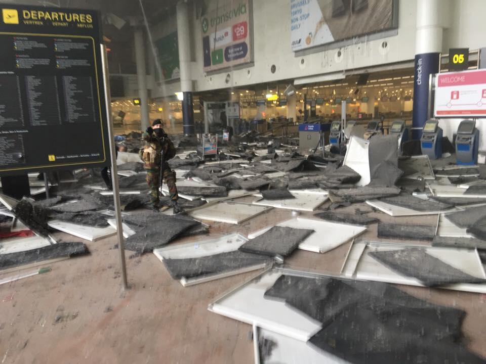 Photo du hall de l'aéroport de Bruxelles frappé par deux explosions ce mardi matin. Photo postée sur Facebook par Jef Versele.