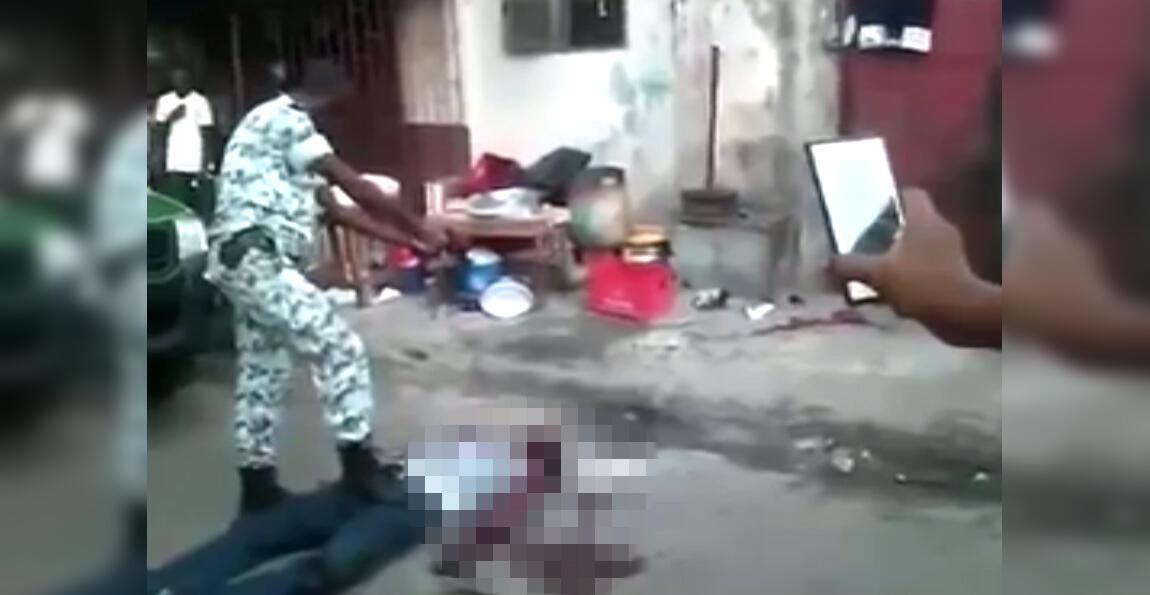 À Treichville, une commune d'Abidjan, un policier ivoirien a tiré à plusieurs reprises avec son pistolet sur un voleur à terre. Capture d'écran de la vidéo.