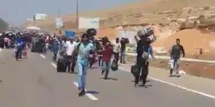 Capture d'écran d'une vidéo montrant des réfugiés qui retournent en Syrie par le checkpoint de Bab Al-Hawa, situé à 33 kilomètres d'Idlib.