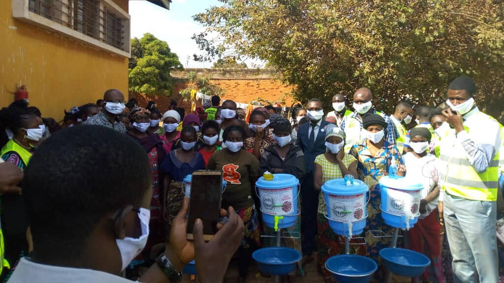 In Lubumbashi, a human rights NGO distributes coronavirus protection kits to Kasapa Prison inmates. Photo: AUDH
