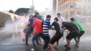 """La police utilise des canons à eau contre un groupe de militants de """"Tu pues"""""""