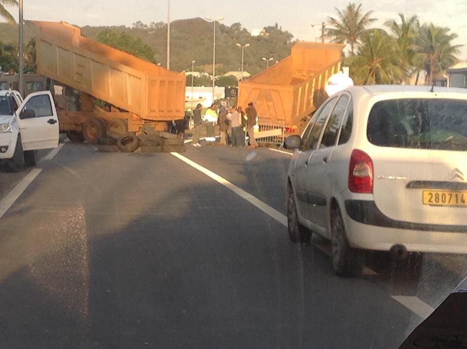 """Des """"rouleurs"""" bloquent une route en Nouvelle-Calédonie. Photos du groupe Facebook """"Info route Mont-Doré"""" et Radio Cocotier."""