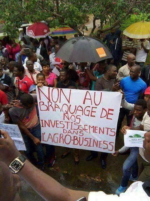 Photo prise par Aimé Survivecrown, lors d'une manifestation dénonçant le gel des comptes bancaires des sociétés d'agrobusiness à Abidjan, le 23 janvier.