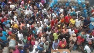 Une cinquantaine d'habitants du quartier Fond de Tié-Tié à Pointe-Noire se massent dans un dépôt de gaz pour espérer remplir leurs bombonnes. Photo de notre Observateur.
