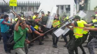 Heurts entre Indiens et policiers à Macas, le 19 août 2015. Photo : Ministère de l'Intérieur.