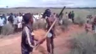 """Dans une vidéo, un homme dévêtu est abattu par un membre d'un comité de vigilance """"Bisabôha"""" dans le nord-ouest de Madagascar. Il sera exécuté quelques secondes plus tard."""