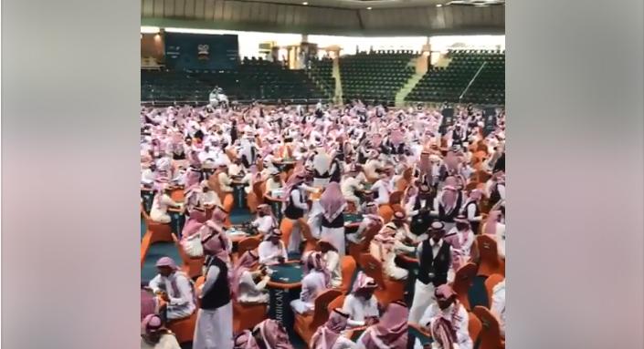 صورة لفيديو متداول على مواقع التواصل الاجتماعي على أنه يظهر صالة قمار في السعودية.