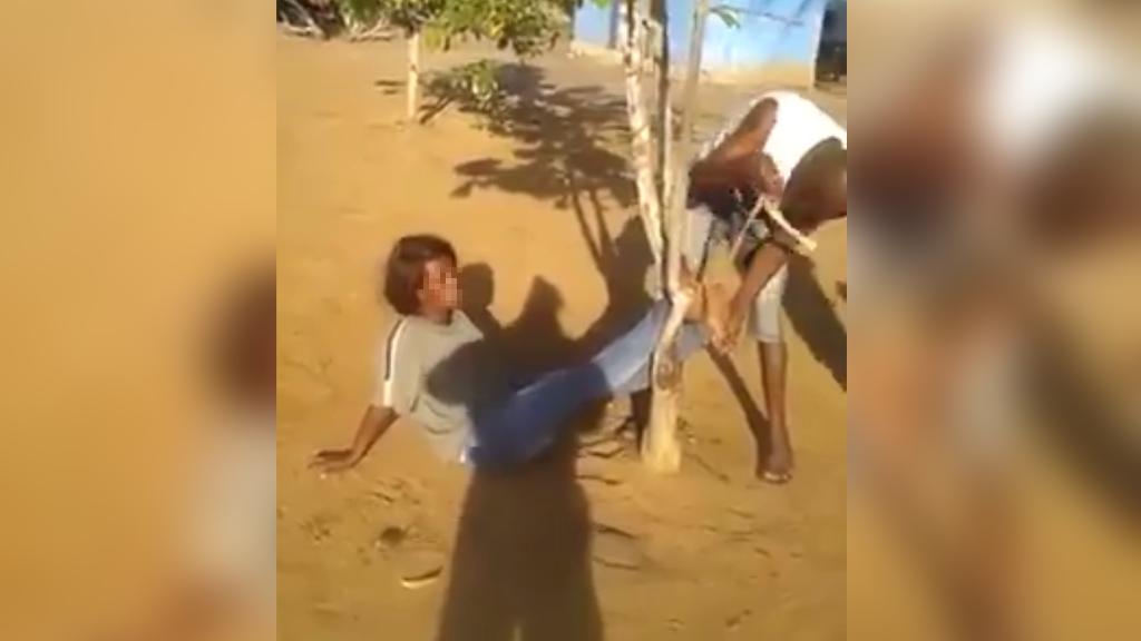 Capture d'écran de la vidéo montrant une Congolaise attachée et frappée par des gardes-frontières.