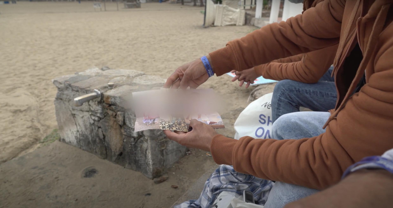 Rachid, un migrant marocain à Grande Canarie, nous montre les photos de ses deux enfants, restés au Maroc.