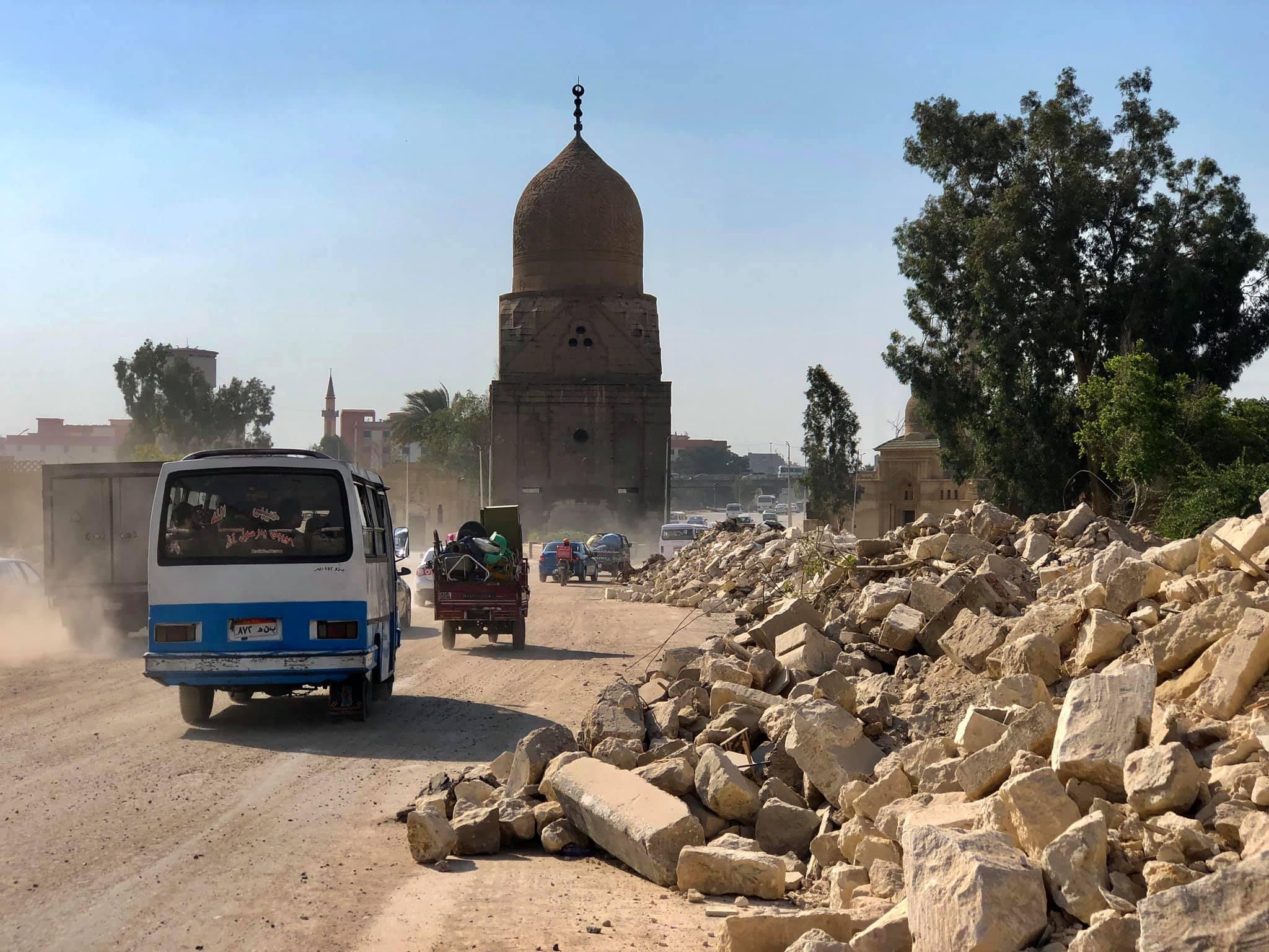 قبر الظاهر قانصوه (في الوسط) بين أنقاض الرياض المهدمة (صورة يوسف أسامة/ فيس بوك).