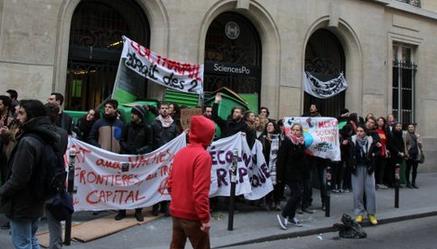 Blocage de l'entrée de Sciences Po jeudi matin, par une cinquantaine d'étudiants. Photo postée sur Twitter par Ulysse Bellier.