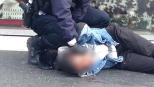 Le lycéen, âgé de 15 ans, à terre après avoir reçu un coup de poing dans le nez.