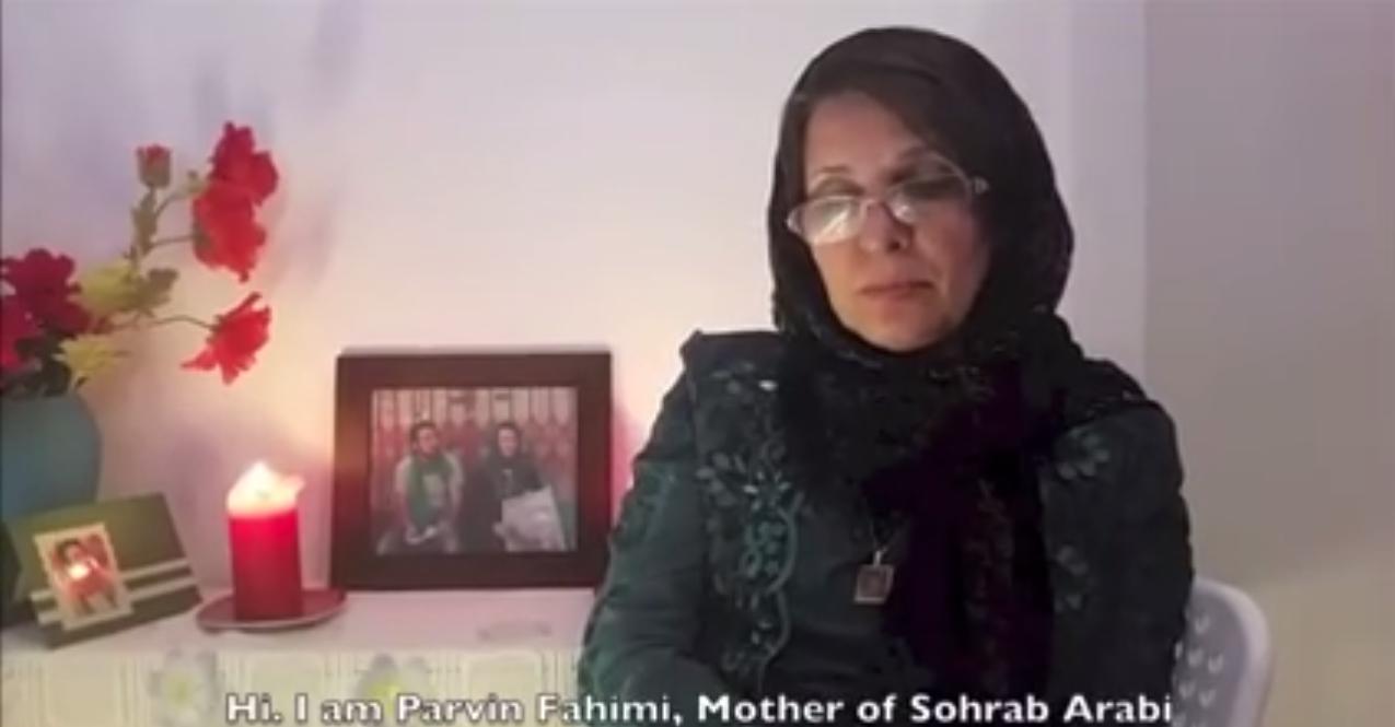La mère de Sohrab Aarabi, un étudiant mort lors des protestations post-électorales en Iran en 2009, affiche son soutien à l'accord iranien.