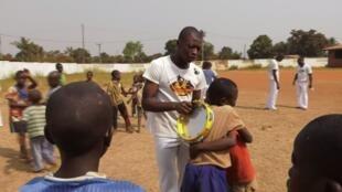 Notre Observateur Vicky Nelson Wackoro avec des élèves de son cours de capoeira.