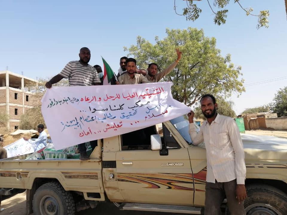 """Début février, des tribus arabes du Darfour du Sud se sont déplacés à El-Geneina pour participer au """"sit-in"""".""""Convoi tous ensemble, pour soutenir les revendications du sit-in d'El-Geneina"""", peut-on lire sur la banderole déployée par ce groupe d'arabes venu du Soudan du Sud. Photo publiée sur Facebook, le 2 février 2021."""