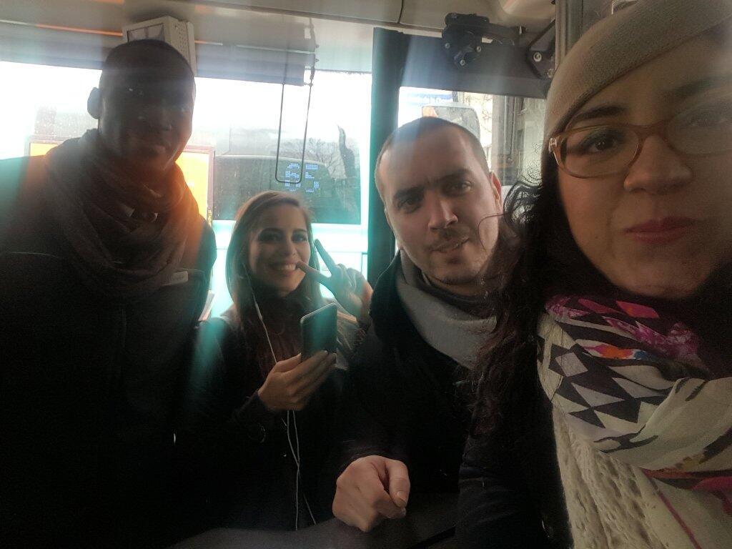 Widad et Sihame pendant leur première enquête sur une ligne de bus.