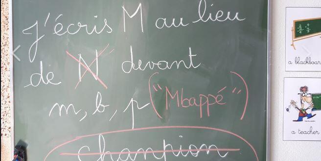 """Photo du tableau expliquant la """"règle Mbappé"""" prise par une instutrice du Val-d'Oise, et devenue virale."""