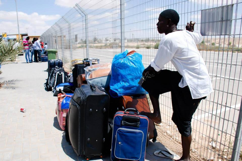 Un demandeur d'asile africain en Israel attend le bus qui le conduira loin de la prison d'Holot, d'où il a été libéré. Photo Sonia Chaim