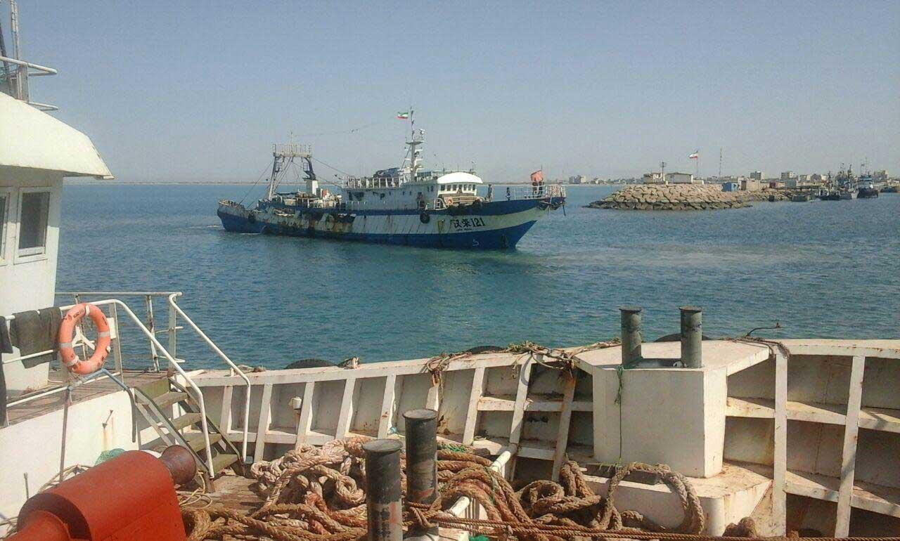 Photo postée par un pêcheur iranien montrant la présence d'un bateau d'origine chinoise dans les eaux territoriales iraniennes.