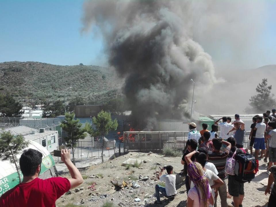 Lundi 10 juillet, des migrants mécontents ont déclenché un incendie dans le camp de Moria, sur l'île grecque de Lesbos. Crédit photo : United Rescue Aid.